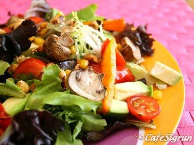 New York salat með grilluðu grænmeti og hnetum